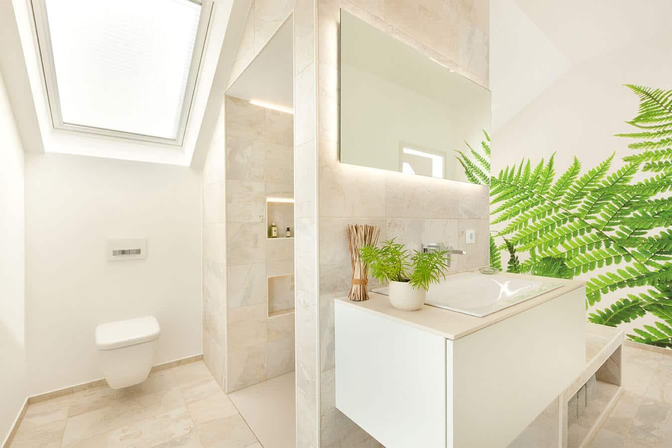 Musterhaus Günzburg - Familienbadezimmer mit Blick auf Dusche, Waschtisch und WC