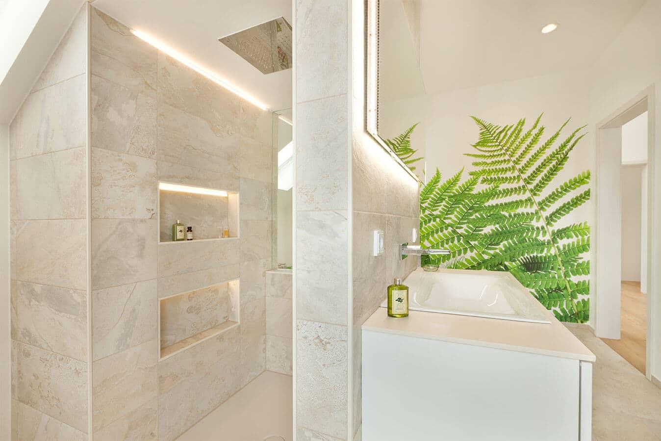 Musterhaus Günzburg - Familienbadezimmer mit ebenerdiger Dusche