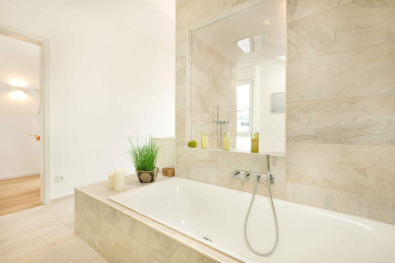 Musterhaus Günzburg - Festverglasung zwischen Dusche und Badewanne