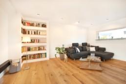 Wohnzimmer mit integriertem Bücherregal