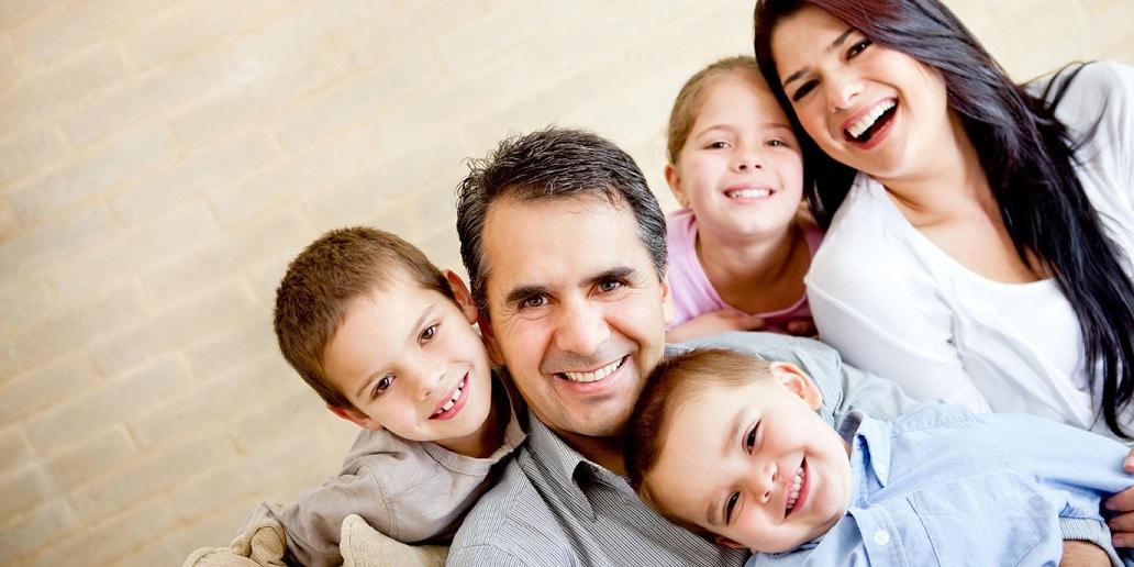 Familienportrait im Einfamilienhaus